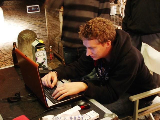 RTI Mitarbeiter arbeitet an der Lasershow