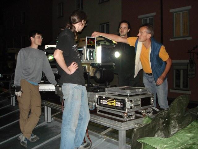 Das Showpartner-Team und Urs bringen Projektor in Stellung
