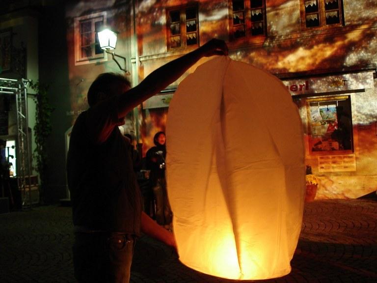 Urs präsentiert dem Team die Ballonidee