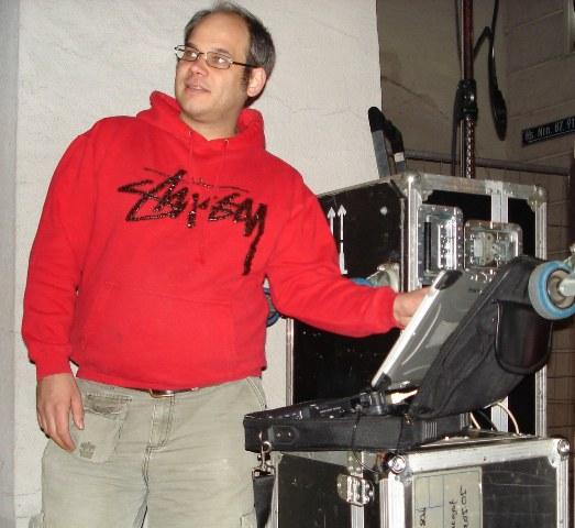 Stefan Jenn beim Einstellen seiner Spezialprojektoren.