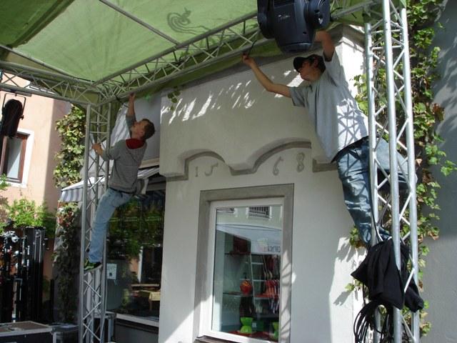 Das Showpartner-Team baut DJ.-Bühne auf