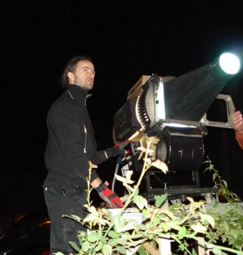 Michael stellt Projektor ein