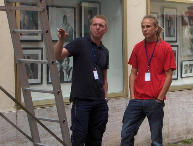 Stefan (links) gibt Aufbauanleitung