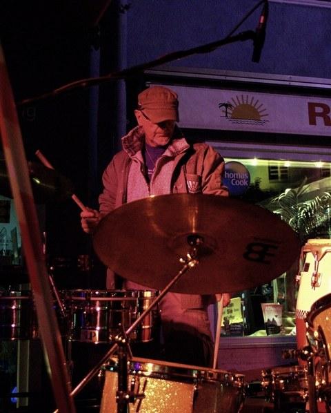 Peter Hellenschmidt am Schlagzeug in Hofstatt